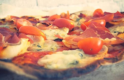 Pizza med gorgonzola og pastinak