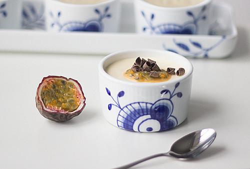 Hvid chokolademousse med passionsfrugt