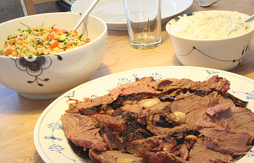 Grillet lammekølle og bulgursalat med grillede grøntsager
