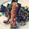 Kikærte- og peanutsalat med flæskesvær