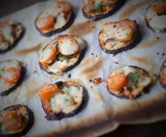 aubergine mini-pizza klar til at spise