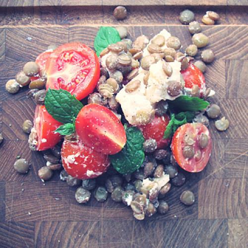Tomatsalat med gedeost og linser