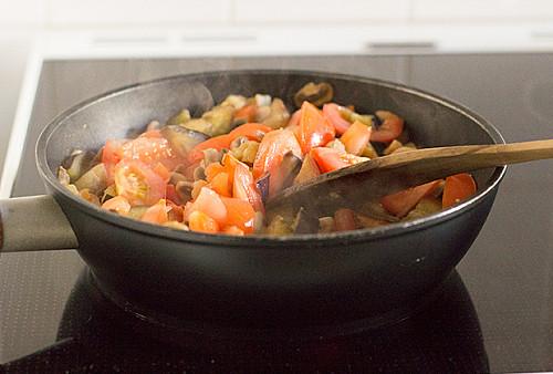 Aubergine og tomatsovs - nemt og hurtigt