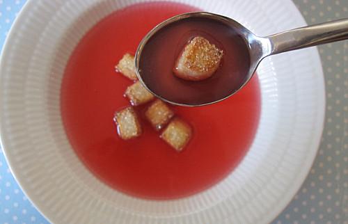 Iskold rabarbersuppe med marcipan croutoner