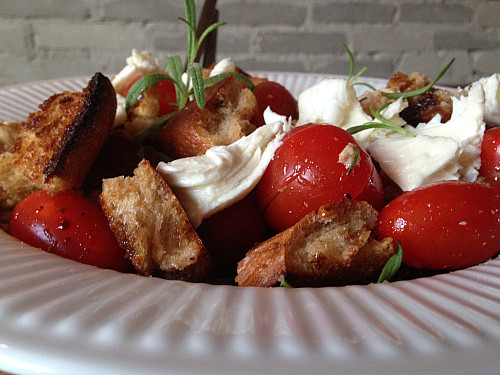 Italiensk brødsalat med tomat og mozzarella