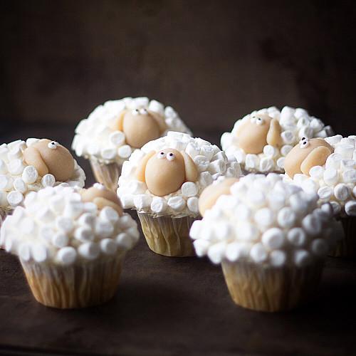 Citroncupcakes med marcipanskum - forklædt som påskelam